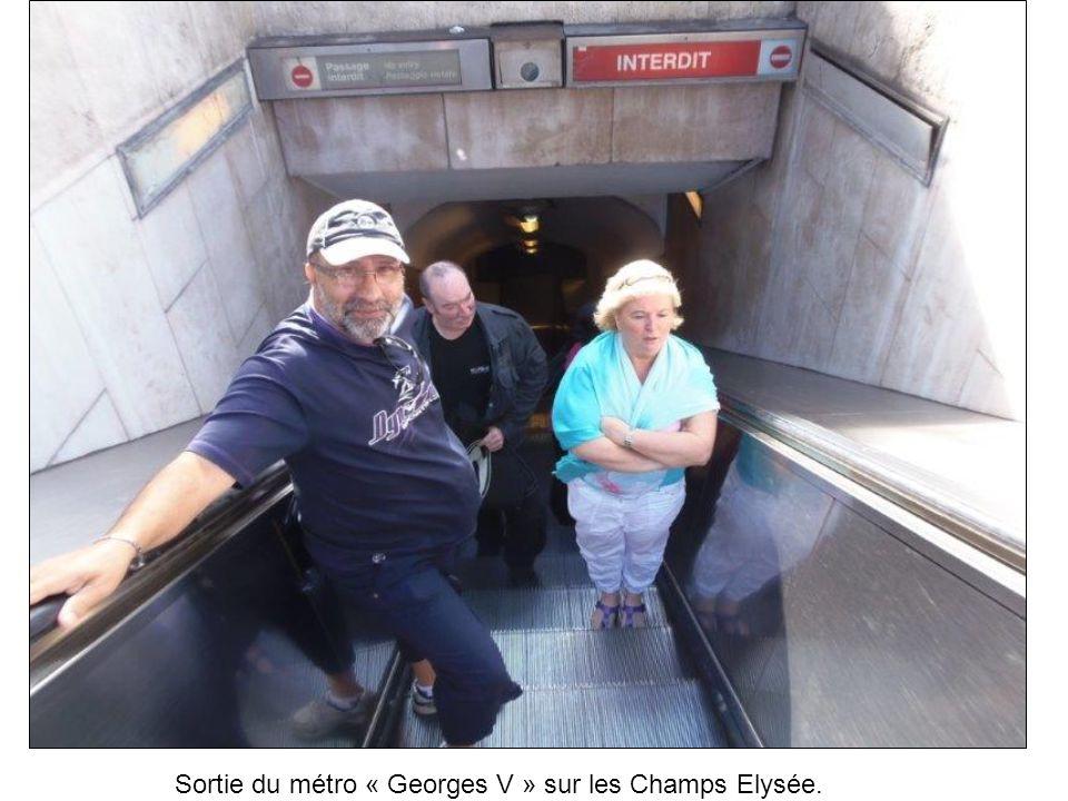 Sortie du métro « Georges V » sur les Champs Elysée.