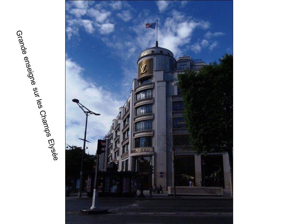 Grande enseigne sur les Champs Elysée