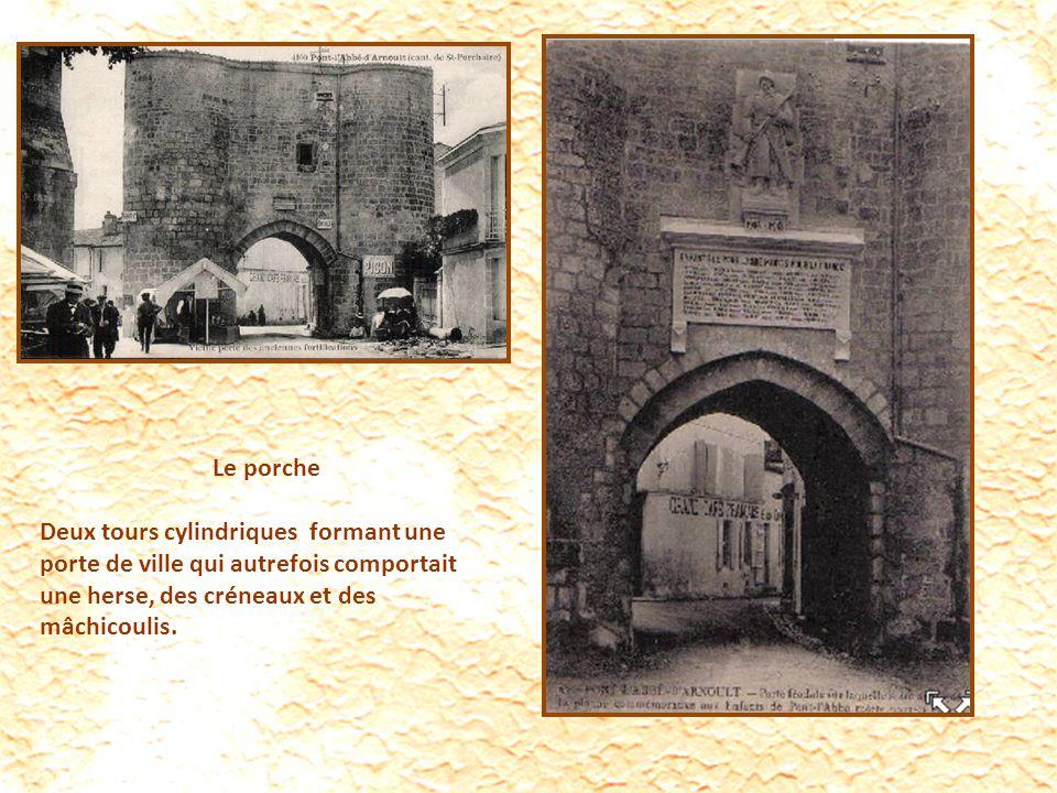 Le porche Deux tours cylindriques formant une porte de ville qui autrefois comportait une herse, des créneaux et des mâchicoulis.