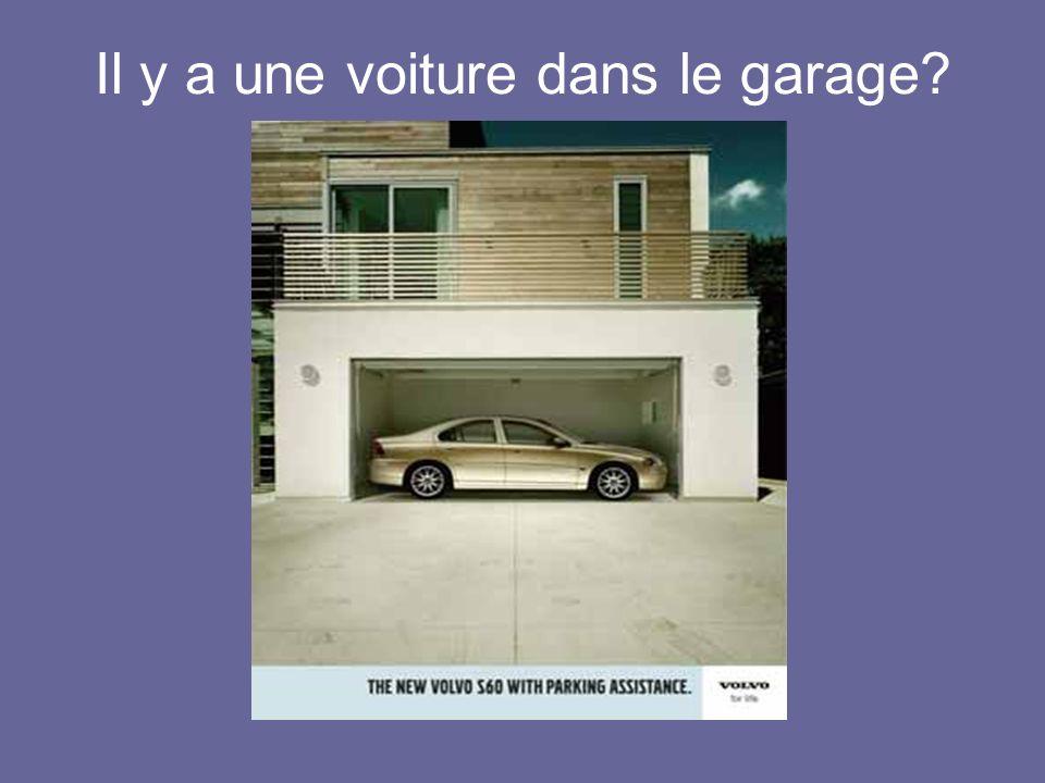 Il y a une voiture dans le garage