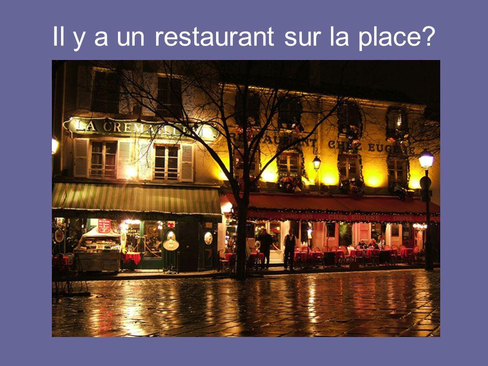 Il y a un restaurant sur la place