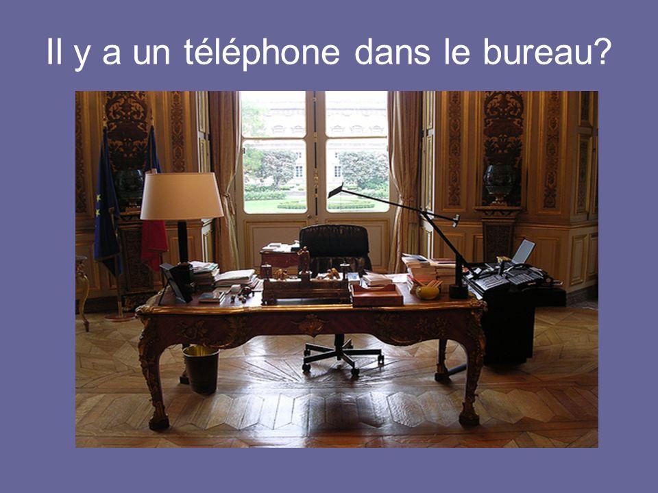 Il y a un téléphone dans le bureau