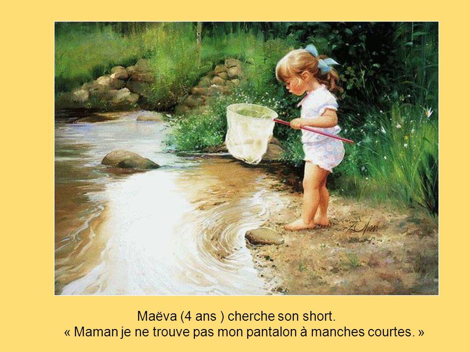 Maëva (4 ans ) cherche son short.
