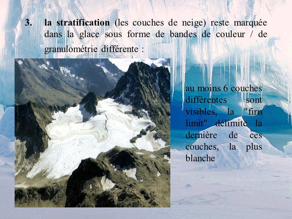 la stratification (les couches de neige) reste marquée dans la glace sous forme de bandes de couleur / de granulométrie différente :