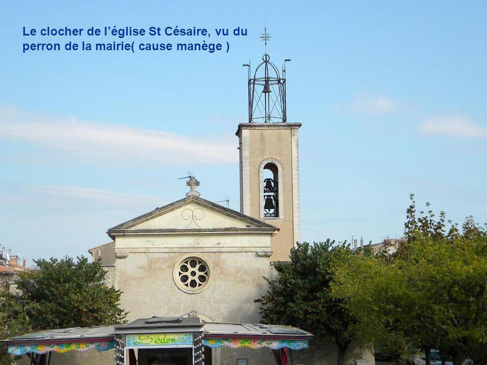 Le clocher de l'église St Césaire, vu du perron de la mairie( cause manège )