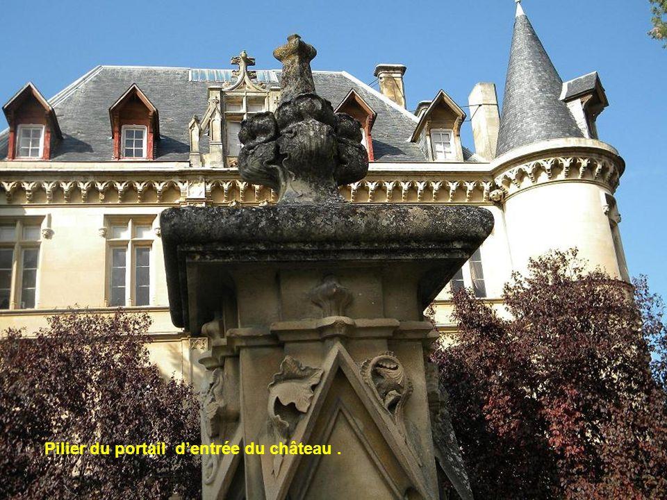 Pilier du portail d'entrée du château .