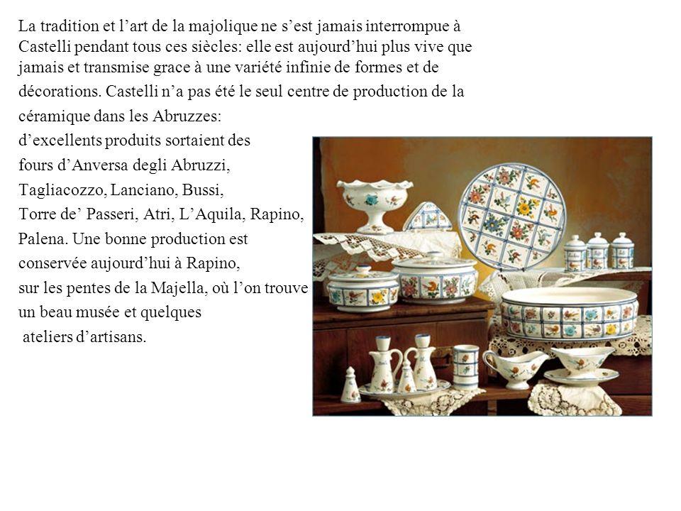 La tradition et l'art de la majolique ne s'est jamais interrompue à Castelli pendant tous ces siècles: elle est aujourd'hui plus vive que jamais et transmise grace à une variété infinie de formes et de