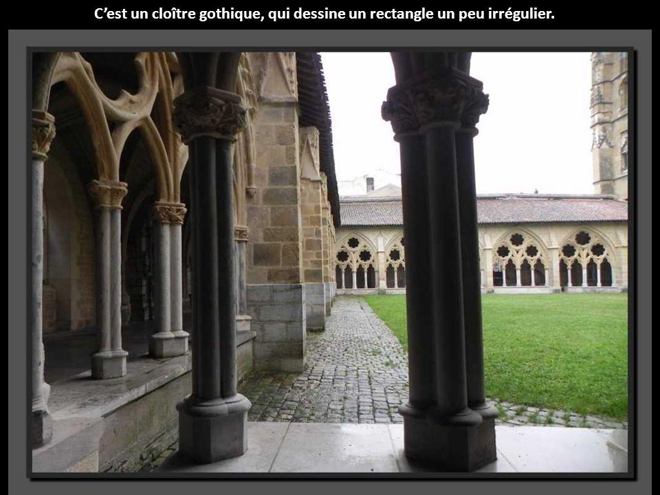 C'est un cloître gothique, qui dessine un rectangle un peu irrégulier.