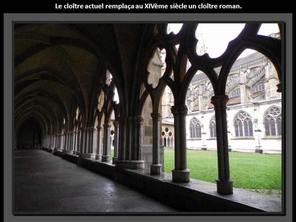 Le cloître actuel remplaça au XIVème siècle un cloître roman.