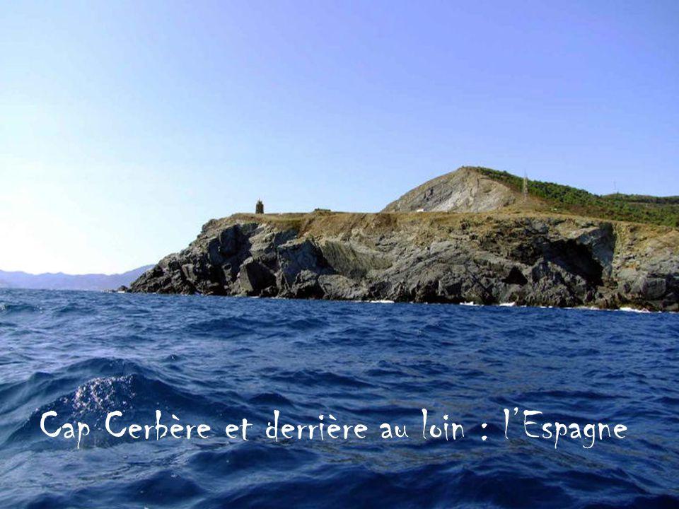 Cap Cerbère et derrière au loin : l'Espagne