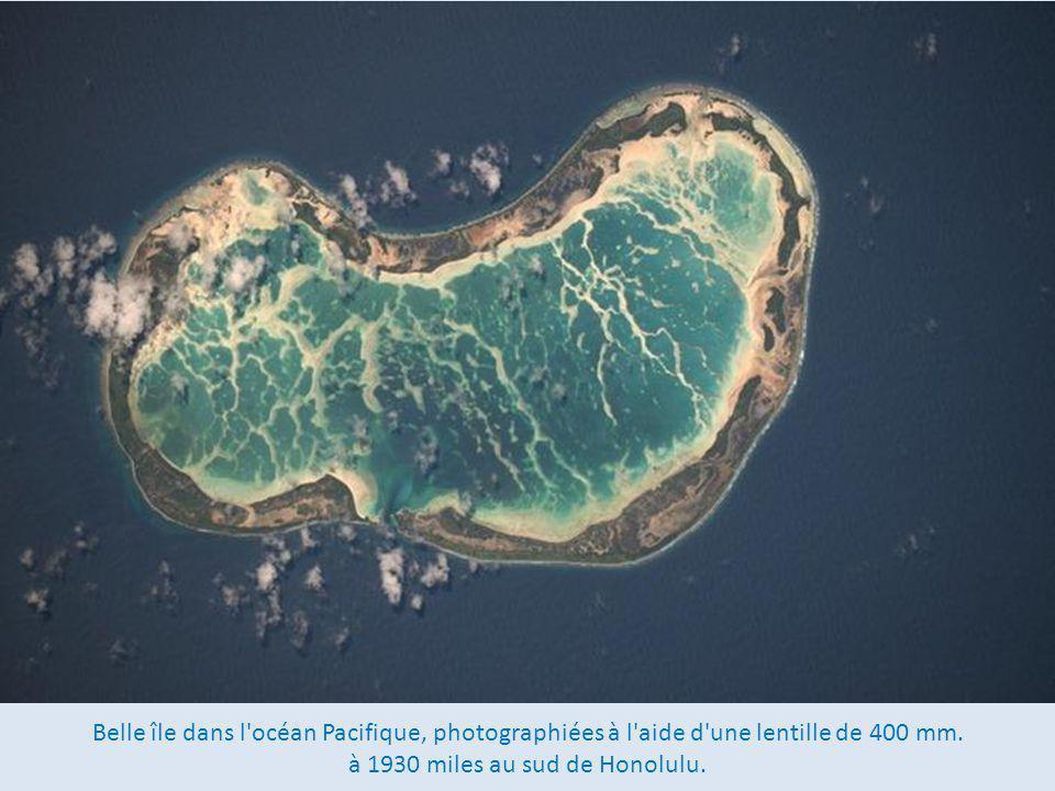 Belle île dans l océan Pacifique, photographiées à l aide d une lentille de 400 mm.