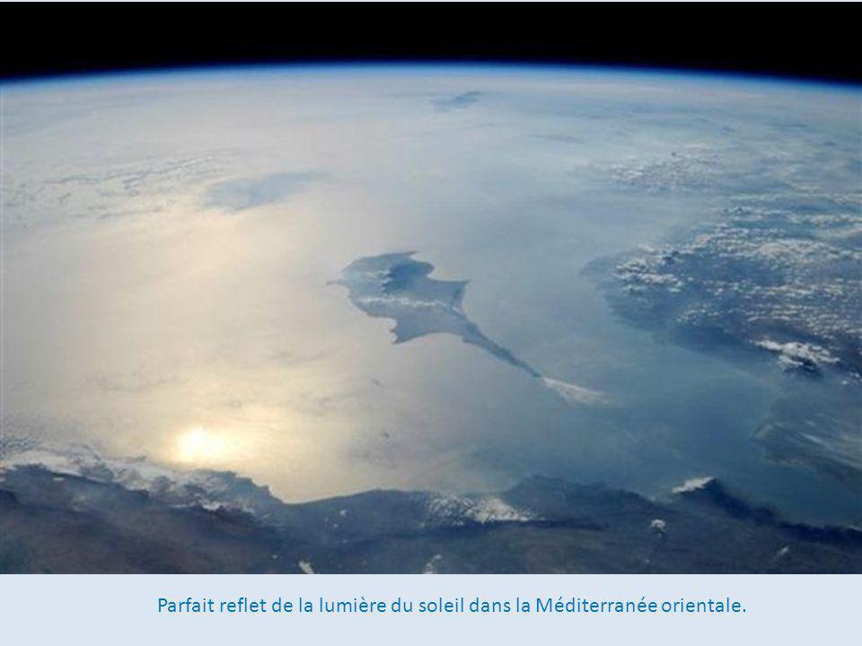 Parfait reflet de la lumière du soleil dans la Méditerranée orientale.