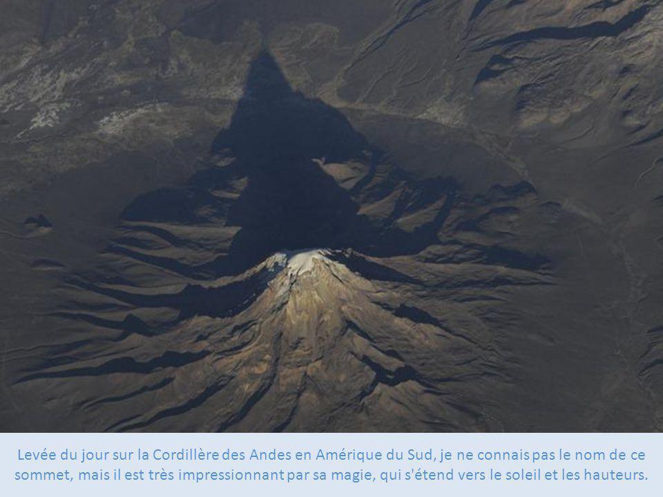 Levée du jour sur la Cordillère des Andes en Amérique du Sud, je ne connais pas le nom de ce sommet, mais il est très impressionnant par sa magie, qui s étend vers le soleil et les hauteurs.
