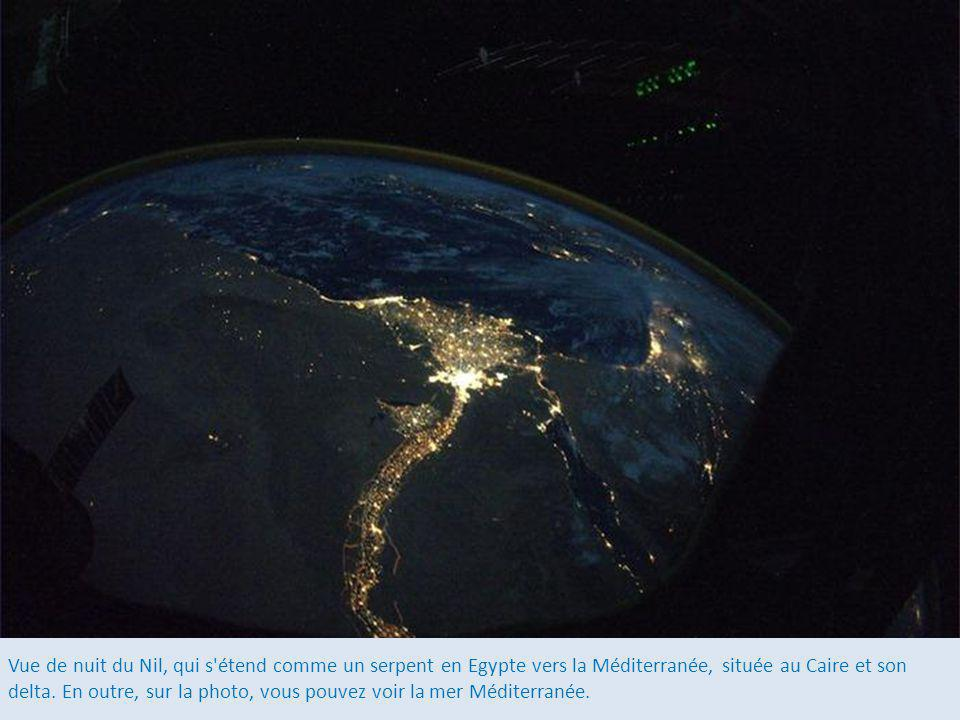 Vue de nuit du Nil, qui s étend comme un serpent en Egypte vers la Méditerranée, située au Caire et son delta.