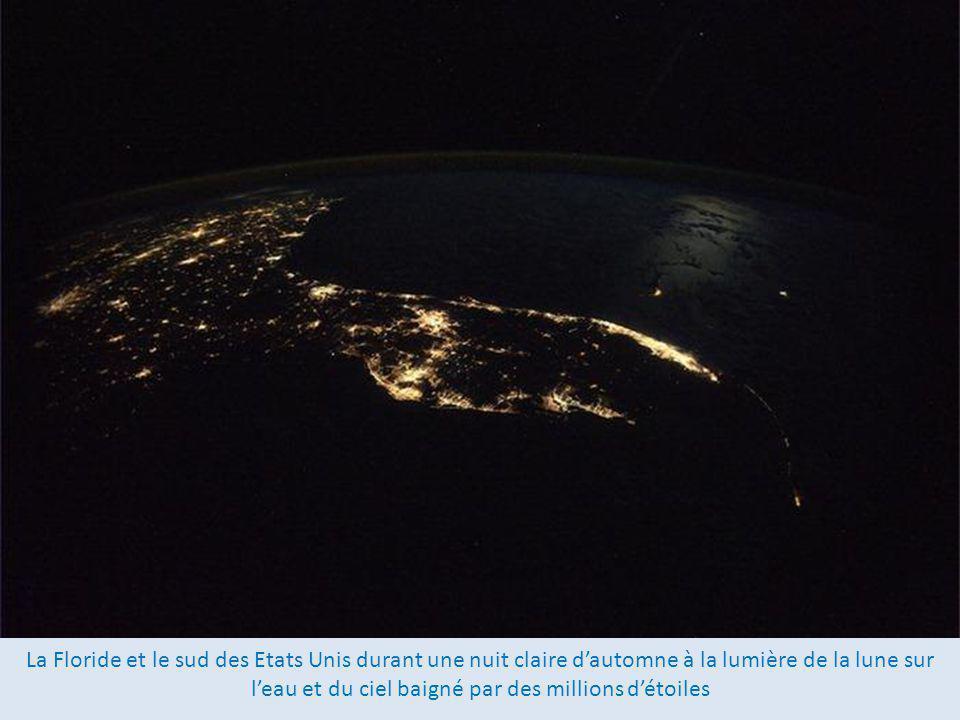 La Floride et le sud des Etats Unis durant une nuit claire d'automne à la lumière de la lune sur l'eau et du ciel baigné par des millions d'étoiles