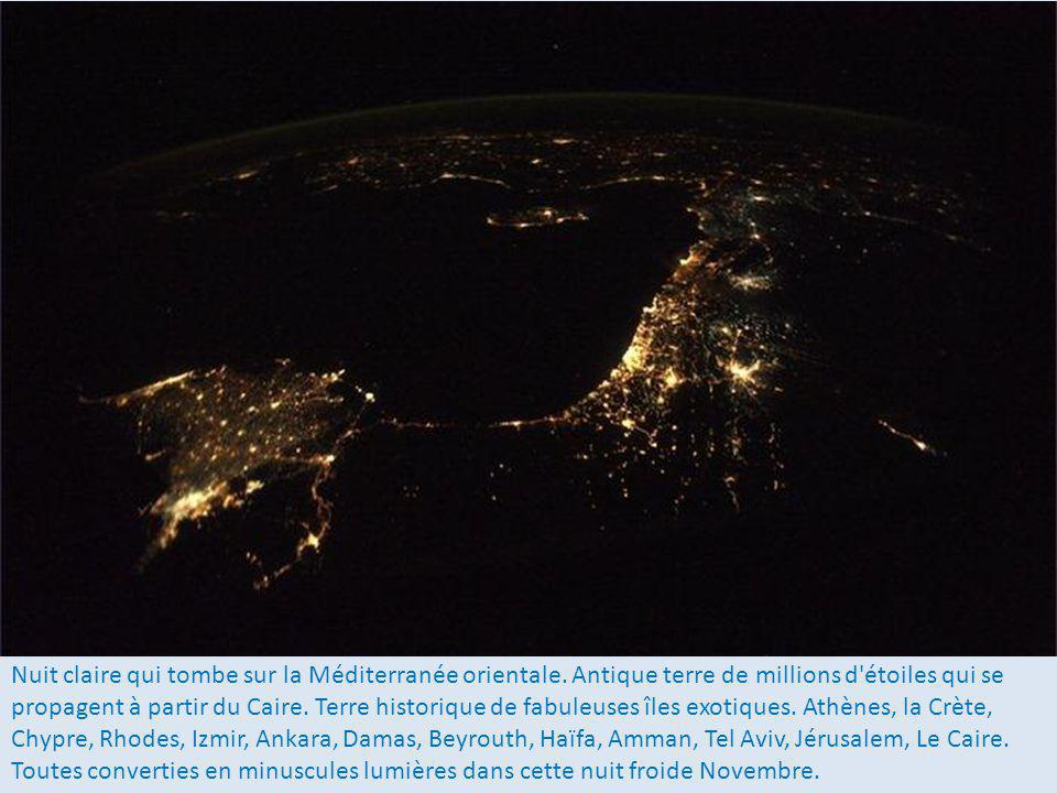 Nuit claire qui tombe sur la Méditerranée orientale