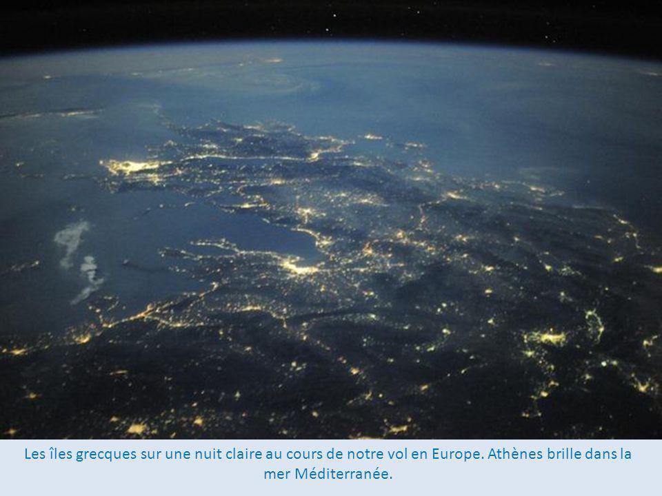 Les îles grecques sur une nuit claire au cours de notre vol en Europe