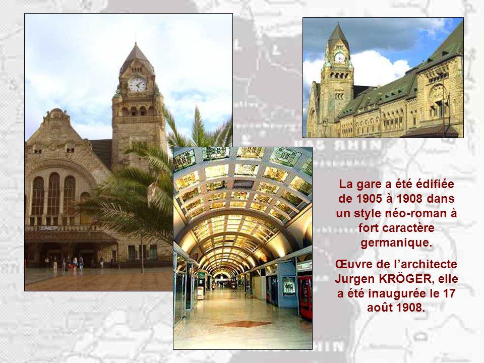 La gare a été édifiée de 1905 à 1908 dans un style néo-roman à fort caractère germanique.