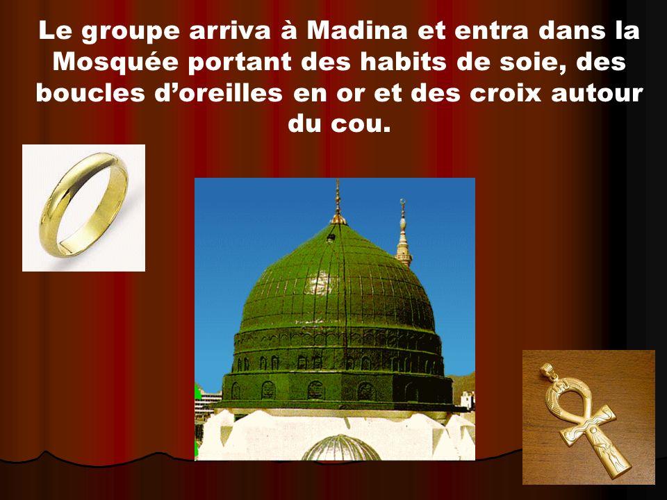 Le groupe arriva à Madina et entra dans la Mosquée portant des habits de soie, des boucles d'oreilles en or et des croix autour du cou.
