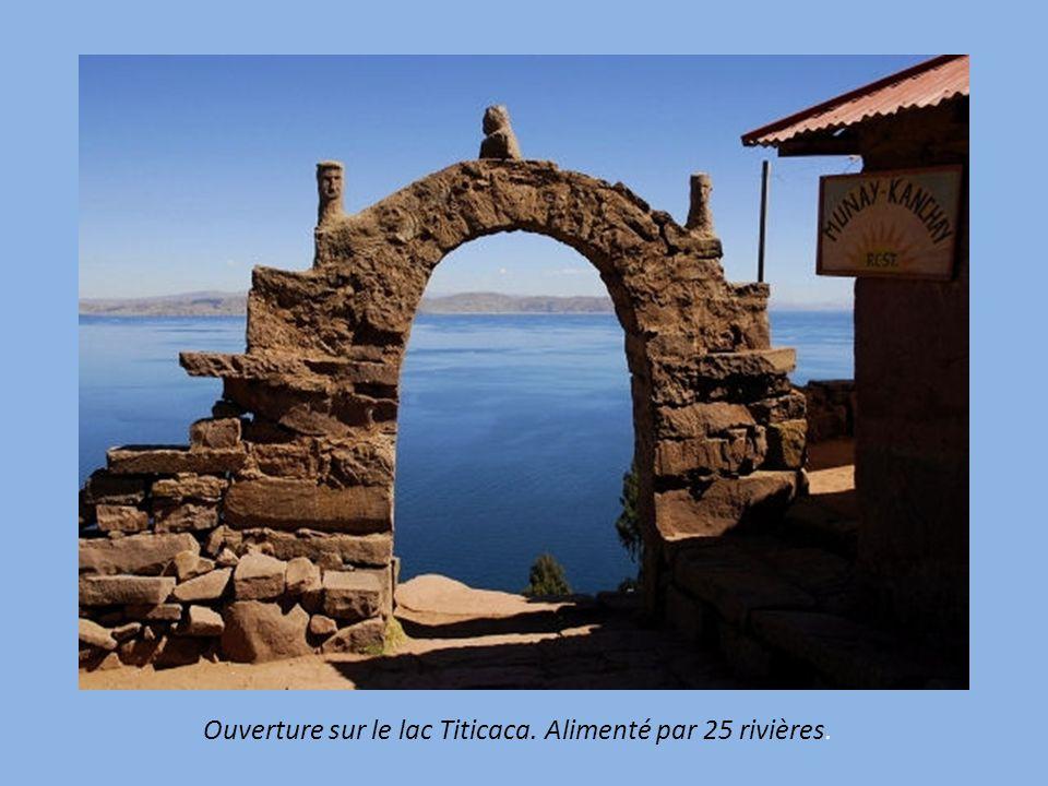 Ouverture sur le lac Titicaca. Alimenté par 25 rivières.