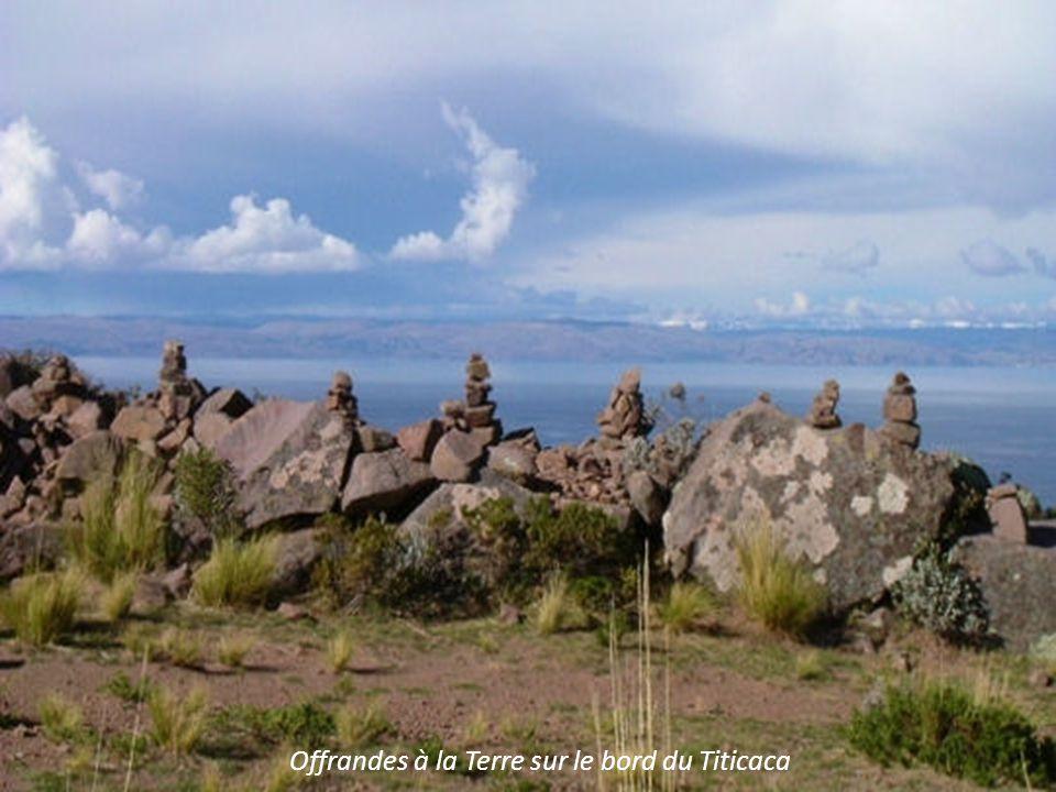 Offrandes à la Terre sur le bord du Titicaca