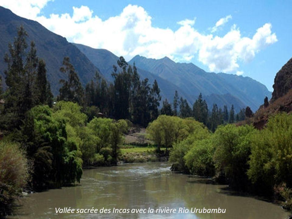 Vallée sacrée des Incas avec la rivière Rio Urubambu