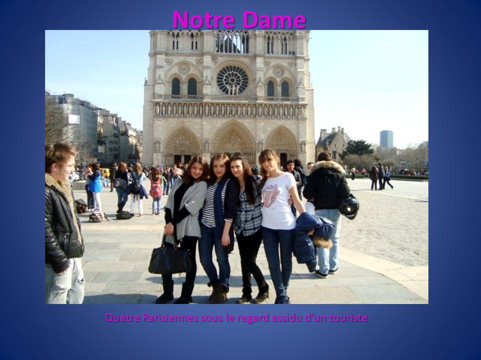 Quatre Parisiennes sous le regard assidu d'un touriste