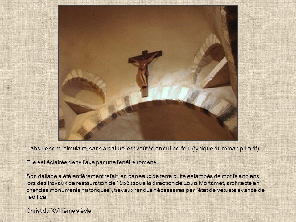 L'abside semi-circulaire, sans arcature, est voûtée en cul-de-four (typique du roman primitif).