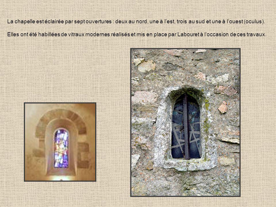 La chapelle est éclairée par sept ouvertures : deux au nord, une à l'est, trois au sud et une à l'ouest (oculus).