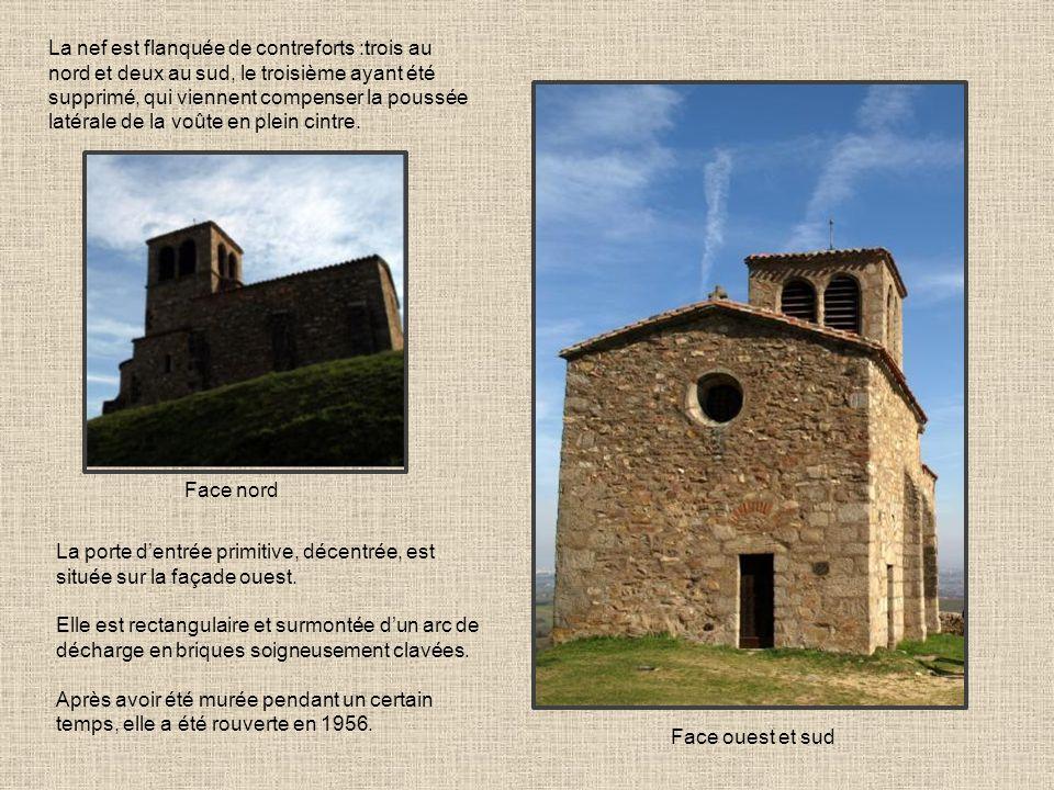 La nef est flanquée de contreforts :trois au nord et deux au sud, le troisième ayant été supprimé, qui viennent compenser la poussée latérale de la voûte en plein cintre.