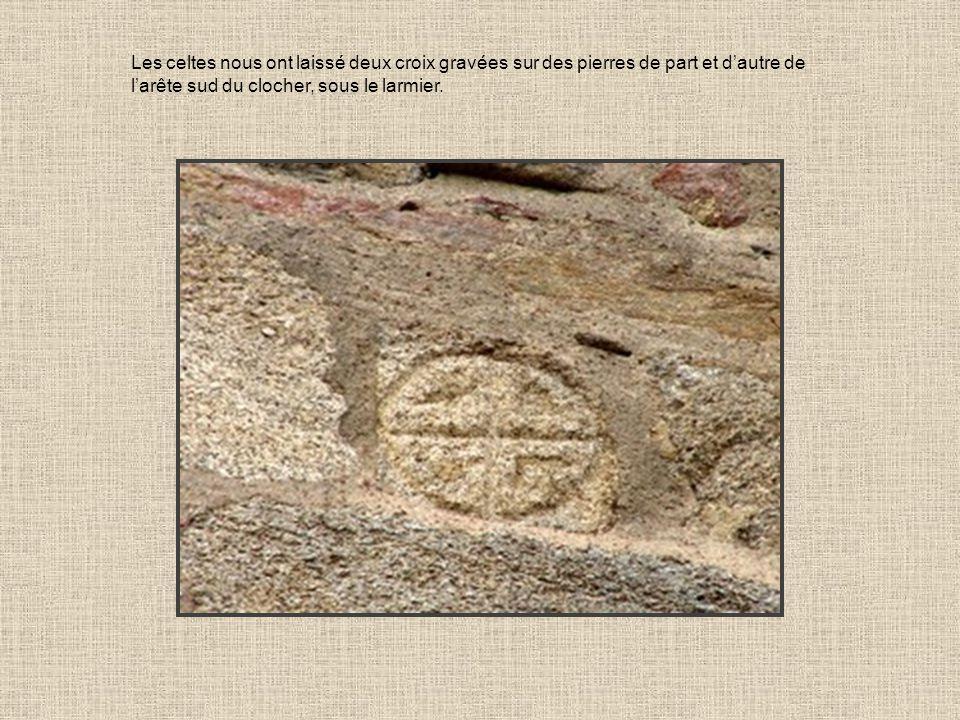 Les celtes nous ont laissé deux croix gravées sur des pierres de part et d'autre de l'arête sud du clocher, sous le larmier.