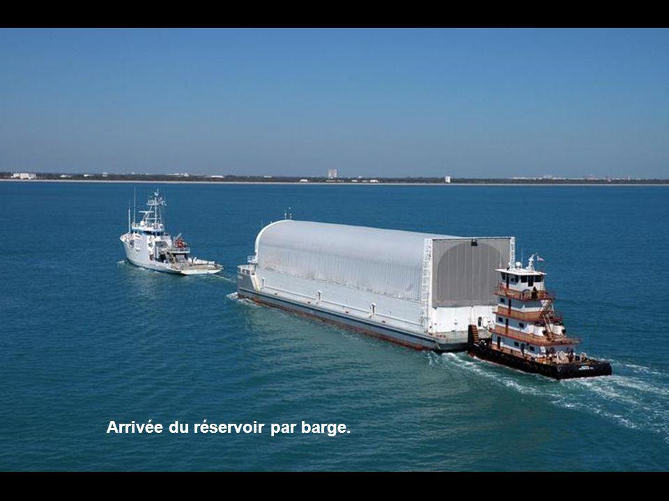Arrivée du réservoir par barge.