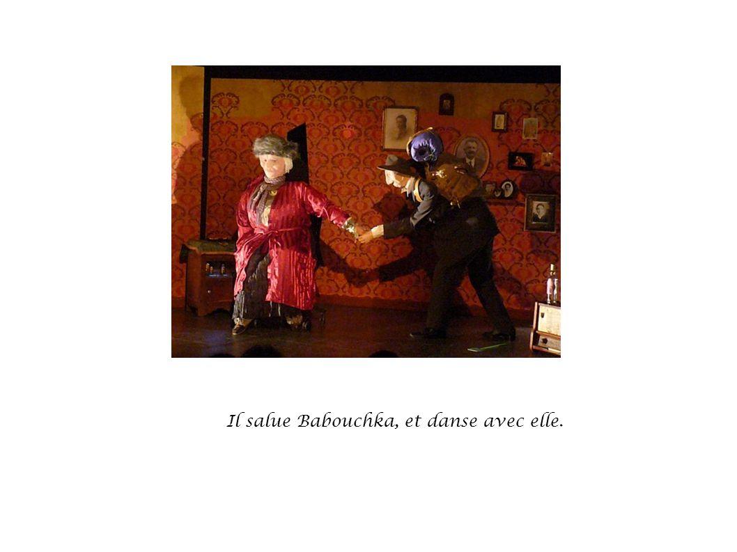Il salue Babouchka, et danse avec elle.