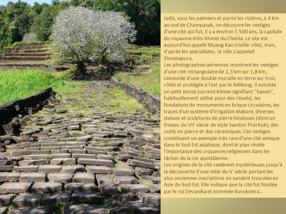 Jadis, sous les palmiers et parmi les rizières, à 4 km au sud de Champasak, on découvre les vestiges d une cité qui fut, il y a environ 1 500 ans, la capitale du royaume môn-khmer du Chenla. Le site est aujourd hui appelé Muang Kao (vieille ville), mais, d après les spécialistes, la ville s appelait Shrestapura.