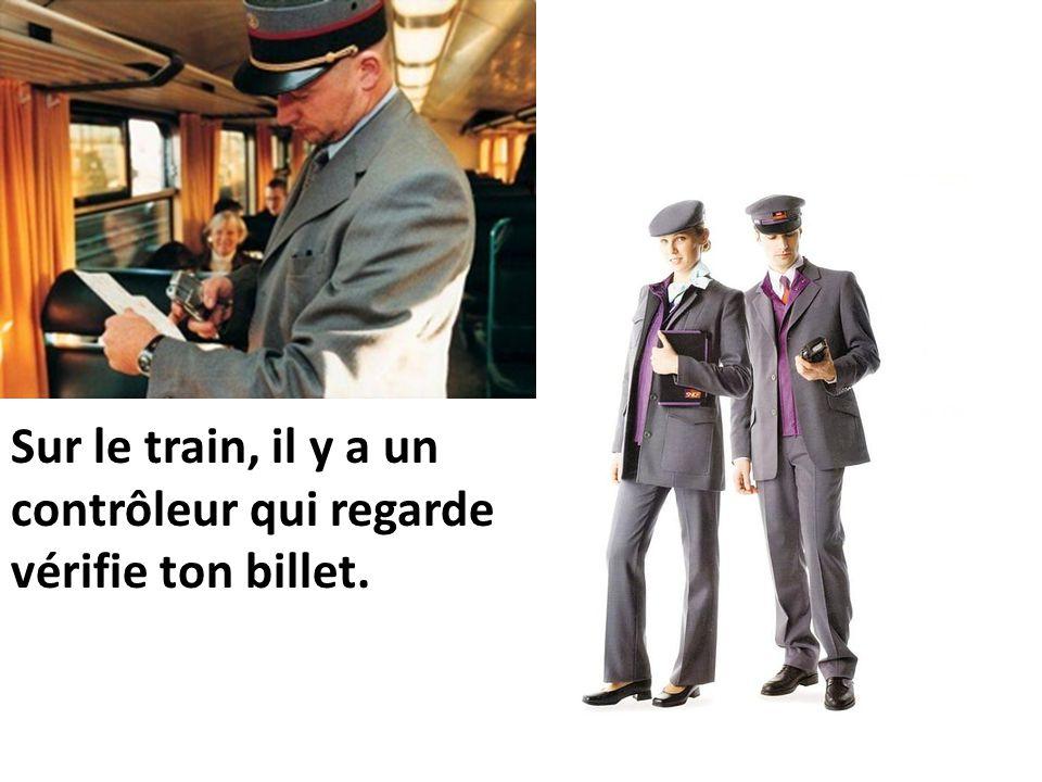 Sur le train, il y a un contrôleur qui regarde vérifie ton billet.