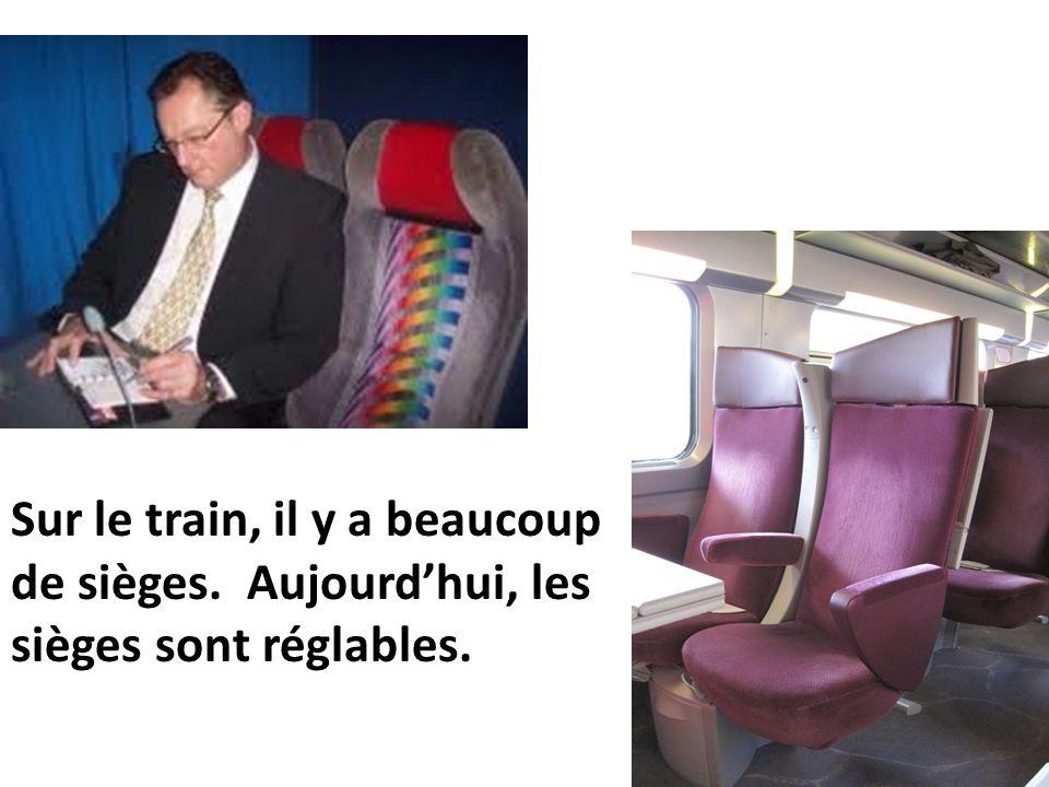 Sur le train, il y a beaucoup de sièges