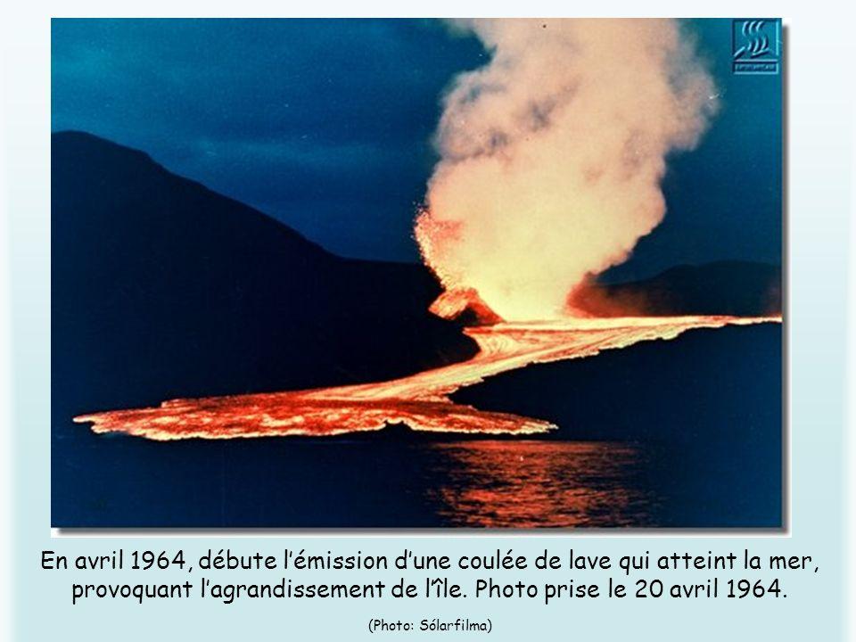 En avril 1964, débute l'émission d'une coulée de lave qui atteint la mer, provoquant l'agrandissement de l'île.