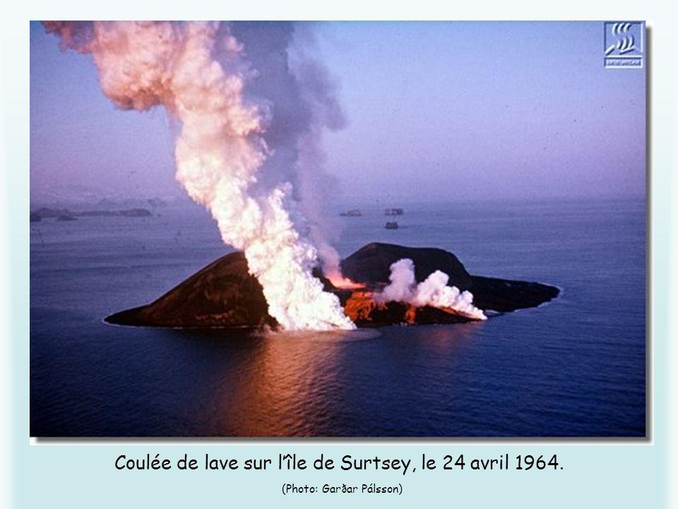 Coulée de lave sur l'île de Surtsey, le 24 avril 1964