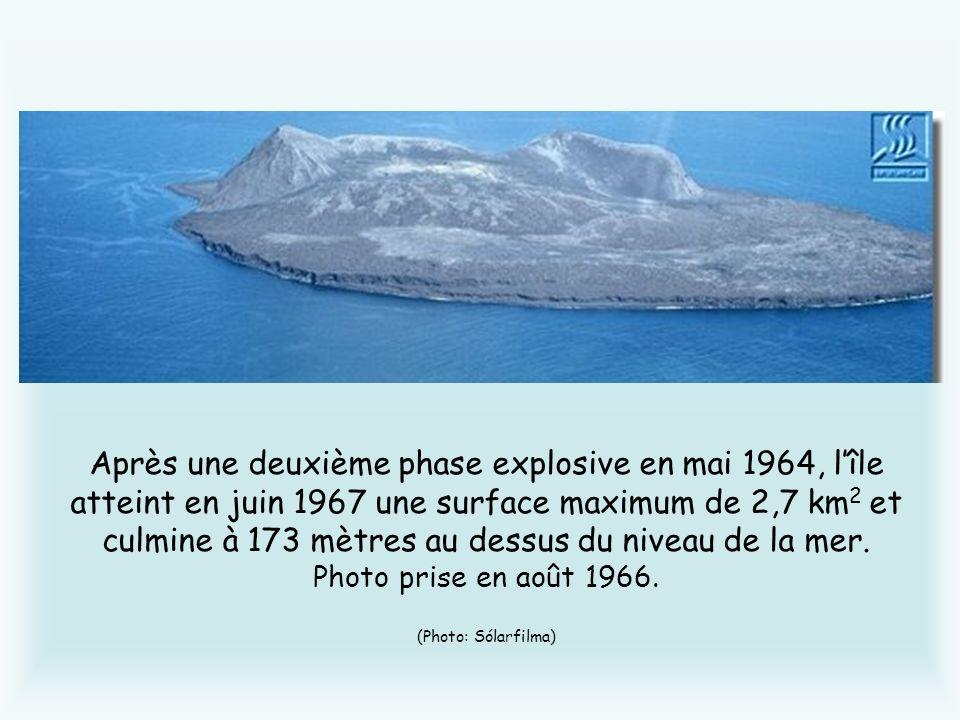 Après une deuxième phase explosive en mai 1964, l'île atteint en juin 1967 une surface maximum de 2,7 km2 et culmine à 173 mètres au dessus du niveau de la mer.