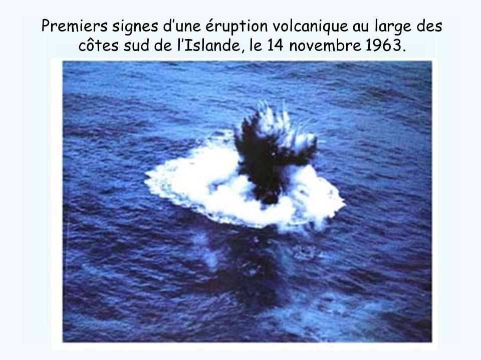 Premiers signes d'une éruption volcanique au large des côtes sud de l'Islande, le 14 novembre 1963.