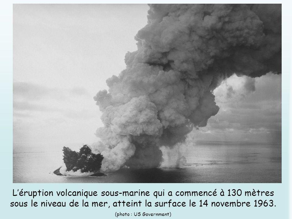 L'éruption volcanique sous-marine qui a commencé à 130 mètres sous le niveau de la mer, atteint la surface le 14 novembre 1963.