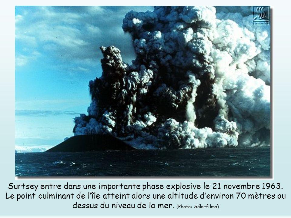 Surtsey entre dans une importante phase explosive le 21 novembre 1963