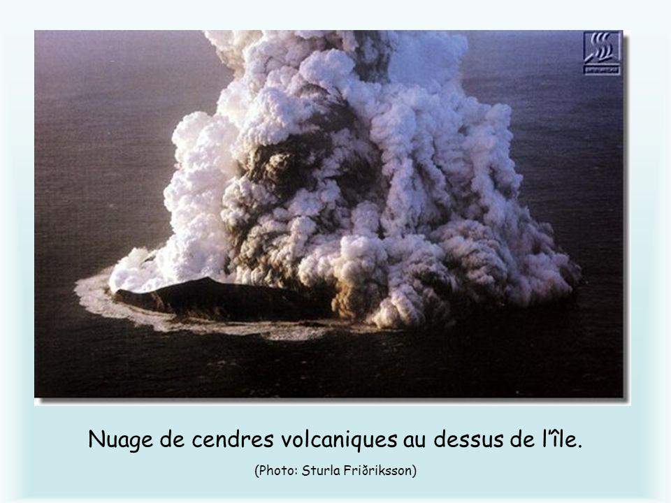 Nuage de cendres volcaniques au dessus de l'île
