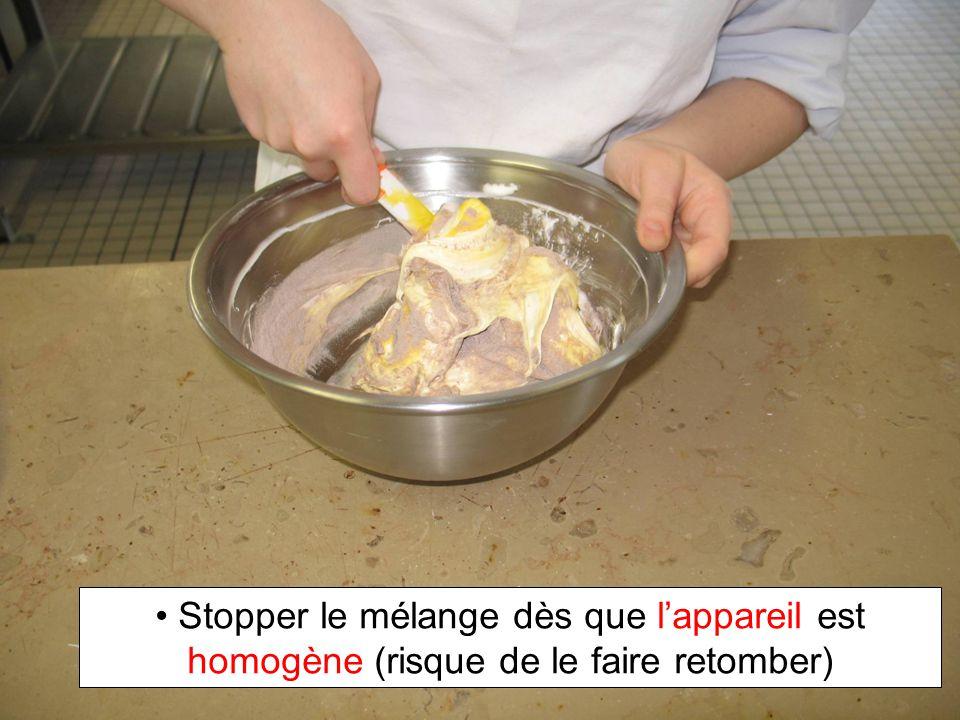 Stopper le mélange dès que l'appareil est homogène (risque de le faire retomber)