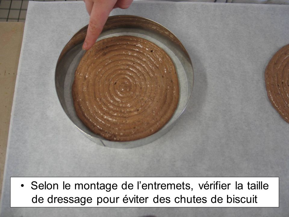 Selon le montage de l'entremets, vérifier la taille de dressage pour éviter des chutes de biscuit