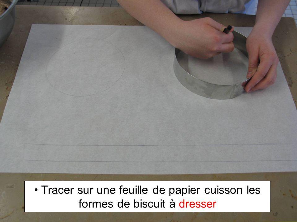 Tracer sur une feuille de papier cuisson les formes de biscuit à dresser