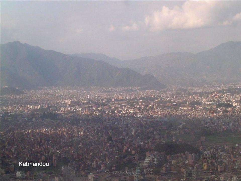Avant l'atterrissage à Katmandou, 1 million d' habitants la capitale du Népal au centre de la vaste plaine du même nom. Tous les accès terrestres à la capitale du Népal depuis l'extérieur de cette grande cuvette ( lacustre il y a des centaines de milliers d'années) empruntent des cols , soulignant encore plus l'enclavement de Katmandou à 1300 mètres, entourée de chaines montagneuses de plus de 2000 mètres . Le Népal est une mosaïque de 60 ethnies dont les plus importantes sont les Newars de la plaine de Katmandou, les Chétris, venus de l'Inde, les Sherpas de l' Himalaya, les Mangars, Tamangs, Rais, Limbus des collines himalayennes, les réfugiés Tibétains , environ 20 000 .Sa population est à 80% Hindouiste puis Bouddhiste .Il y a une communauté Musulmane notable( environ 10%) et Chrétienne dont beaucoup de nouveaux convertis par des sociétés évangélistes américaines .