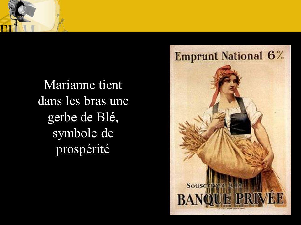 Marianne tient dans les bras une gerbe de Blé, symbole de prospérité