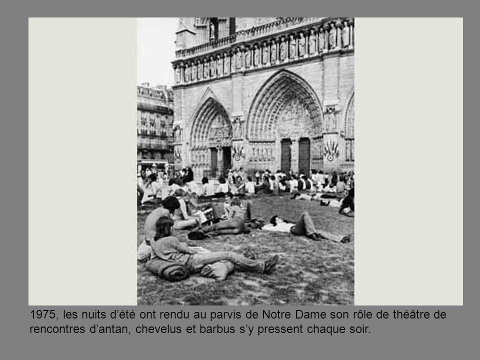 1975, les nuits d'été ont rendu au parvis de Notre Dame son rôle de théâtre de rencontres d'antan, chevelus et barbus s'y pressent chaque soir.