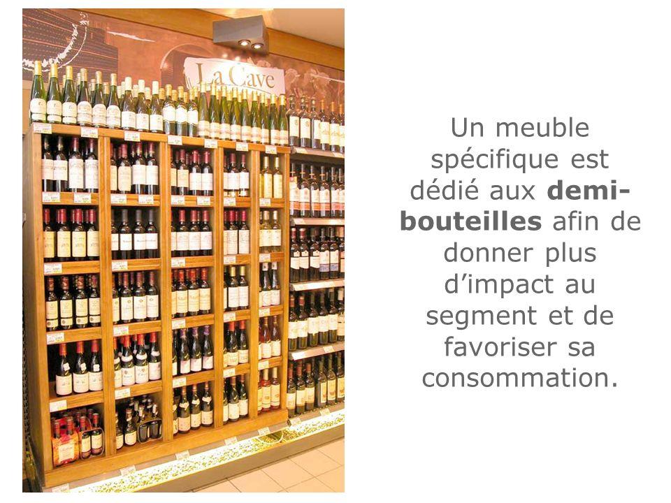 Un meuble spécifique est dédié aux demi-bouteilles afin de donner plus d'impact au segment et de favoriser sa consommation.